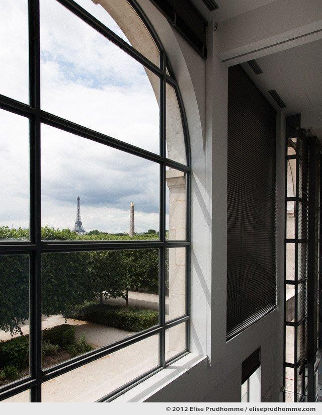 Télépathie or Telepathy, Tuileries Garden, Paris, France, 2011 (part of the series Yours, Mine, Le Nôtre's) by Elise Prudhomme.