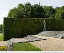 Hedge and statue in the Parterre des fleurs, Vaux-le-Vicomte Castle and Garden, Maincy, France. 2013 (series Yours, Mine, Le Nôtre's) by Elise Prudhomme.