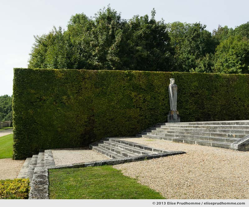 Hedge and statue in the Parterre des fleurs, Vaux-le-Vicomte Castle and Garden, Maincy, France. 2013 (series Yours, Mine, Le Nôtre's) by Elise Prudhomme.