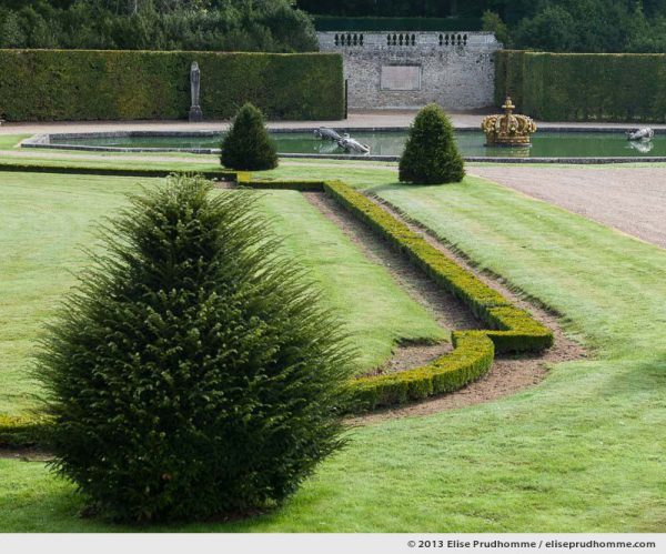 Parterre de la Couronne, Study 2, Vaux-le-Vicomte Castle and Garden, Maincy, France. 2013 (series Yours, Mine, Le Nôtre's) by Elise Prudhomme.