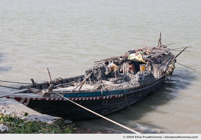 Boat on the Hooghly River delivering clay for making statues of Hindu gods and goddesses, Kumartuli district, Kolkata, Calcutta, West Bengal, India, 2009 by Elise Prudhomme.