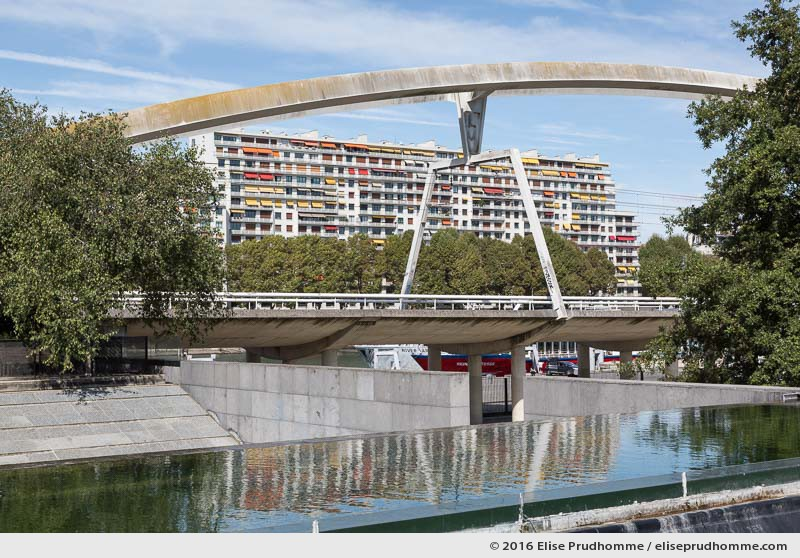 Elevated rapid transit bridge passing through the André Citroën Park, Paris 15th district, France. Pont surélevé du RER C passant par le Parc André Citroën et immeubles residentiels du 16ème arrdt au fonds, Paris 15ème arrdt, France.