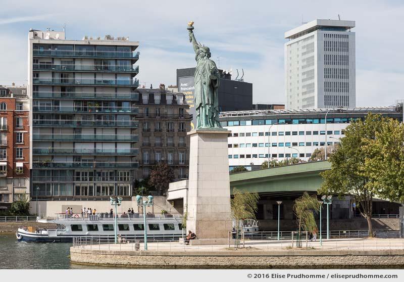 Statue of Liberty, Swan Island, Pont de Grenelle, Paris, France. Statue de la liberté sur l'ïle aux Cygnes, Pont de Grenelle, Paris 15ème arrdt, France