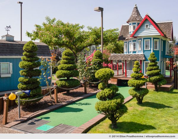 Decorative Victorian architecture and topiary sculptures at the Wilsonville Family Fun Center miniature golf course on a sunny clear summer day, Oregon, USA. Architecture victorienne avec topiaires sur le parcours de Golf Miniature par un jour d'été clair et ensoleillé, Wilsonville, Oregon, USA.