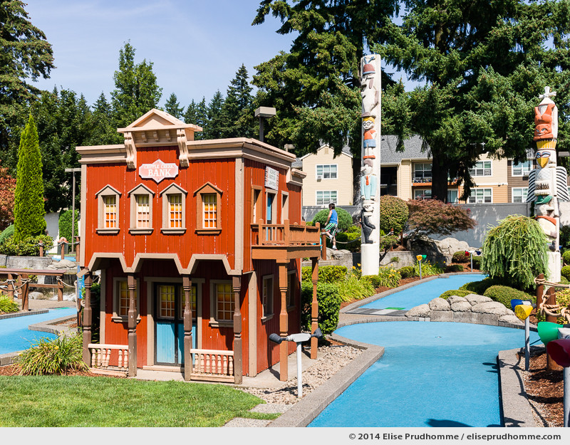 Entrance to the Wilsonville Family Fun Center miniature golf course on a sunny clear summer day, Oregon, USA. Entrée à un parcours de Golf Miniature par un jour d'été clair et ensoleillé, Wilsonville, Oregon, USA.