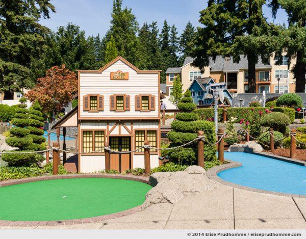Exit of the Wilsonville Family Fun Center miniature golf course on a sunny clear summer day, Oregon, USA. Entrée à un parcours de Golf Miniature par un jour d'été clair et ensoleillé, Wilsonville, Oregon, USA.