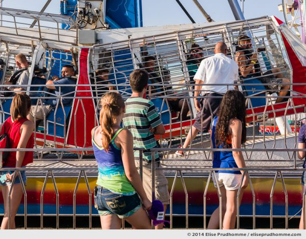 Four teenagers wait in line for the Kamikaze carnival ride, Oregon State Fair, Salem, Oregon, USA.  The annual Oregon State Fair in Salem includes a folk festival, agricultural show and fairground.  Quatre adolescents font la queue pour l'attraction foriane le Kamikaze à la fête foraine Oregon State Fair, Salem, Oregon, USA.  La Foire de l'Etat d'Oregon comprend un festival folklorique, une foire d'agriculture et une fête foraine.
