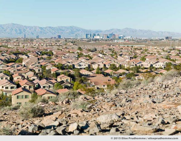 Looking out over Southern Highlands suburb towards the Strip and beyond, Las Vegas, Nevada, United States.  Vue du haut depuis le banlieue du Southern Highlands vers le centre urbain du Las Vegas Strip, Nevada, Etats-Unis.