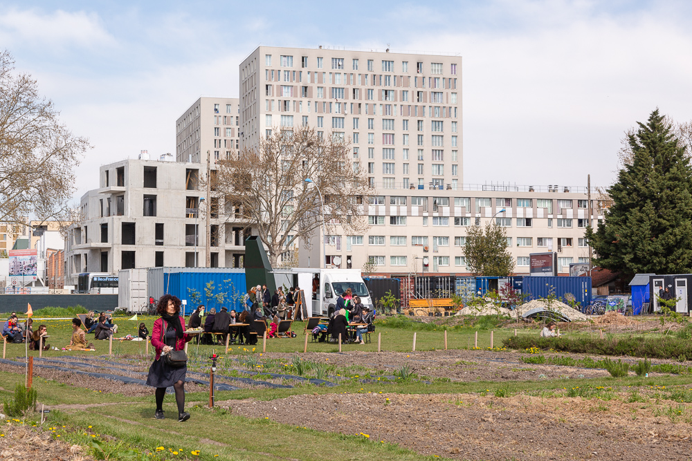 Picnic on the grass at the Sensitive Zone - Urban Farm of Saint-Denis.